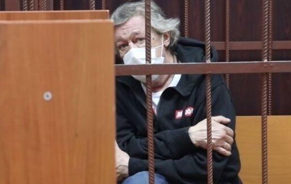 Михаил Ефремов в СИЗО начал заниматься творчеством