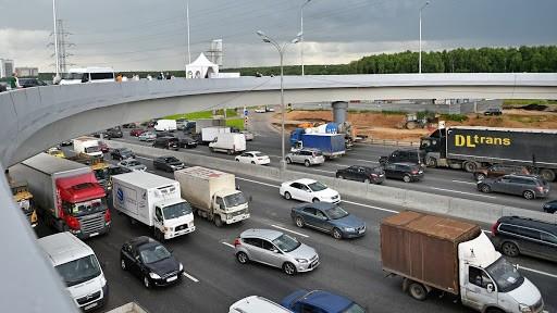 Продлены ограничения для грузовиков от 12 тонн на МКАД