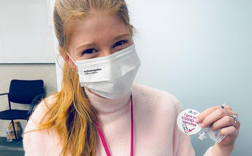 «Теории заговора»: дочь Билла Гейтса пошутила после вакцинации от COVID-19