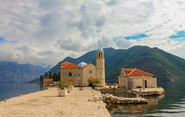 Черногория заявила о готовности принимать россиян без ПЦР-тестов