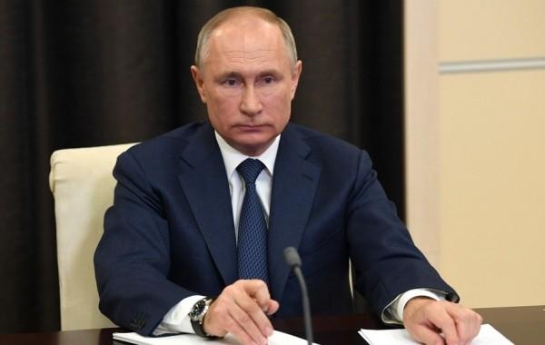 Владимир Путин подписал указ о выплате помощи семьям с детьми