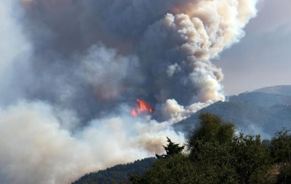 К средиземноморским курортам Турции подобрался огонь